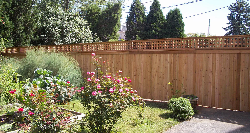 Wooden Garden Privacy Fence Idea with Lattice Top