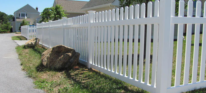 Picket vinyl backyard fence for privacy