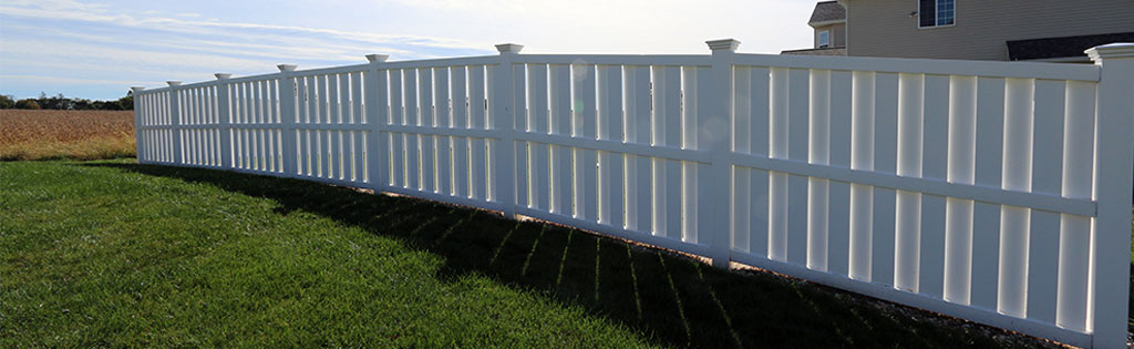 Shadowbox vinyl fence in residential yard