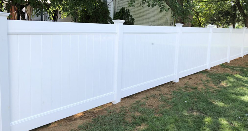 Long-lasting vinyl fence in backyard