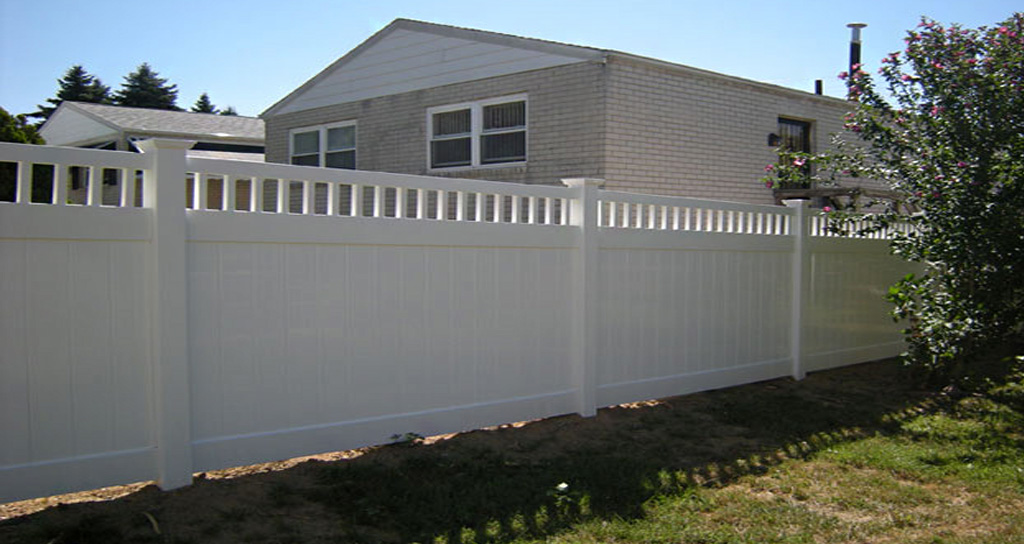 Budget-friendly vinyl fencing in yard