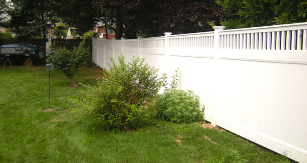 White vinyl privacy fence with lattice top in backyard