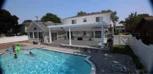 Backyard pergola idea for pool