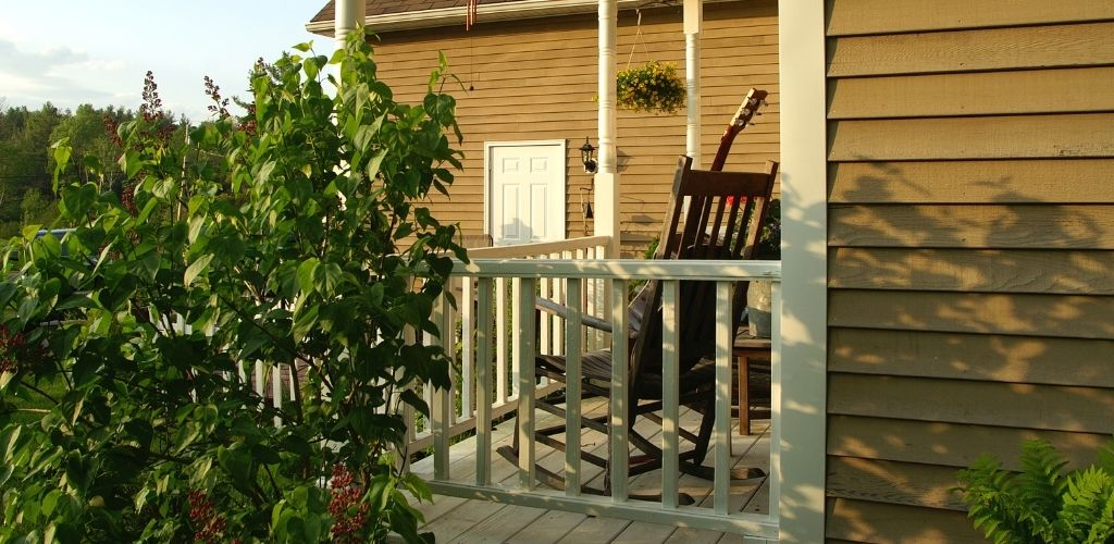 Balcony railing style with white spindles
